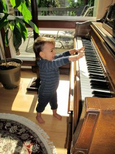 robin-plays-piano